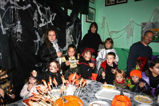 Brujas, calabazas y vampiros en la Fiesta de Halloween de La Calle 2000