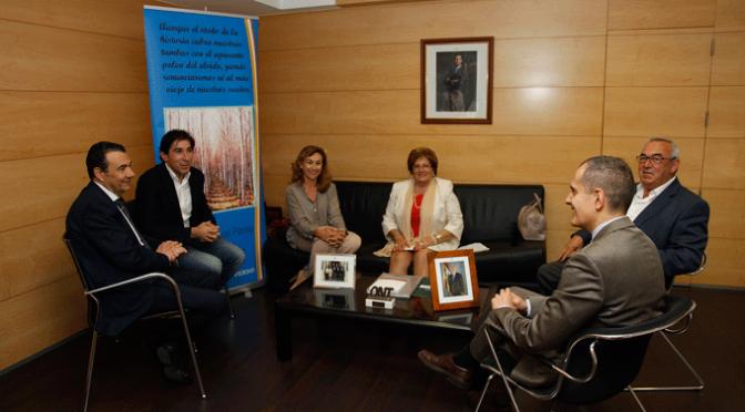 Salud recibe de la Asociación de Poesía de Rincón de Soto 4.550 euros para la investigación sobre el cáncer de páncreas