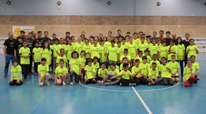 Los jugadores del ASPIL-VIDAL de Primera División visitan a los niños y niñas del colegio Obispo Ezequiel Moreno