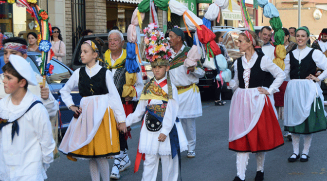 """El grupo de danzas """"Coletores"""" realizó su desfile inaugural por las calles calagurritanas"""