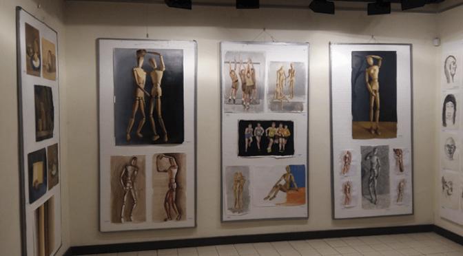 El pintor y profesor de dibujo Javier Garrido Romanos explica la exposición de los trabajos de la academia municipal de dibujo y pintura