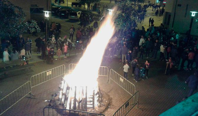 Pradejón estrenó, durante la hoguera en honor a San Antón, la nueva iluminación de la Torre de la Iglesia Santa María