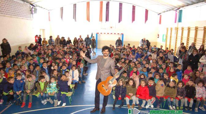 Pablo Villegas ofrece un concierto didáctico en el CEIP Ángel Oliván