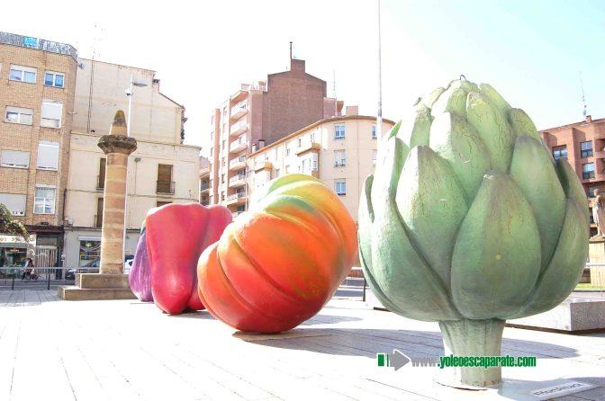 Exposición de verduras gigantes en el Mercadal