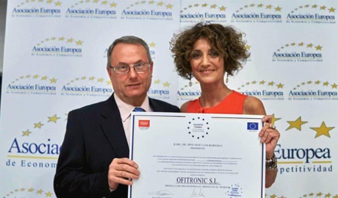 Eugenio Perez de Ofitronic recibe la la medalla de oro al merito en el trabajo