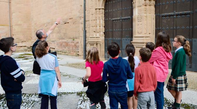 Los alumnos de las Academias municipales de dibujo y pintura visitan la Catedral de Calahorra