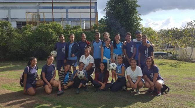La Escuela de fútbol de Alfaro dona 10 balones al Liceo Científico en República Dominicana