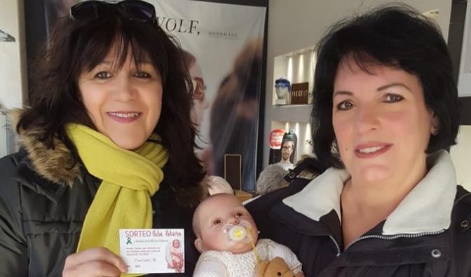 Estrella Hernández ganadora del bebe Reborn sorteado por la AECC