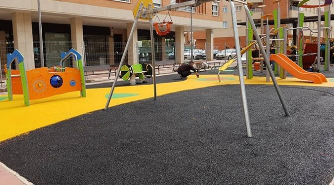 Nuevos juegos infantiles en el parque de la plaza Maestro Arroyo