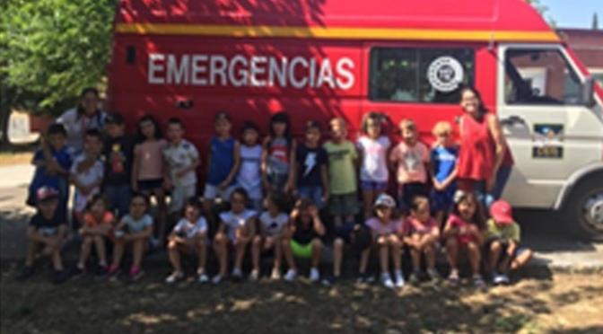 El Cuerpo de Bomberos de Calahorra visita la ludoteca de Verano de La Planilla