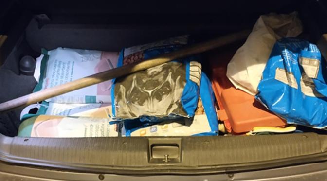 La Policía Local pone fin a la distribución de restos de comida, que por varias zonas de la ciudad realizaban dos personas