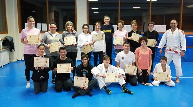 Mas de 15 participantes en el curso de defensa personal para la mujer y adolescente