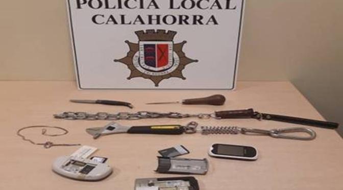 Detenido por increpar a la policia local portando varias armas y objetos peligrosos