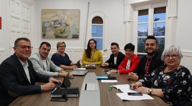 La Junta de Gobierno Local oferta cubrir el puesto de tesorería y dos puestos como operarios del parque de servicios