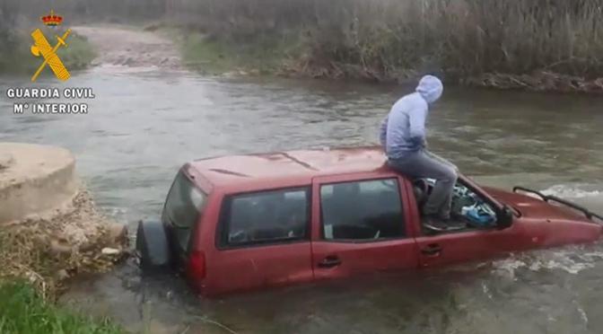 La Guardia Civil ha tenido que rescatar a otro infractor que quedó atrapado con su coche en el río Cidacos en Autol