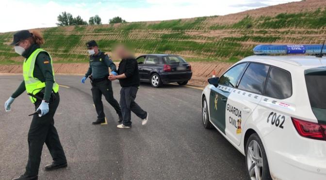 Se salta el confinamiento, elude un control de la Guardia Civil e intenta deshacerse de la droga que portaba.