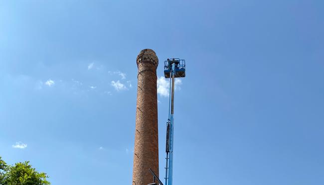 El Ayuntamiento actúa en la chimenea de la Plaza Obispo Fidel García