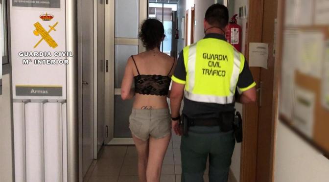 Sin carnet, bajo los efectos de las drogas E invadiendo  el carril izquierdo de la N-232 en Rincón de Soto