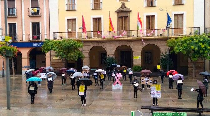 La lluvia no ha impedido que l@s peluquer@s de Alfaro luchen por un IVA más justo