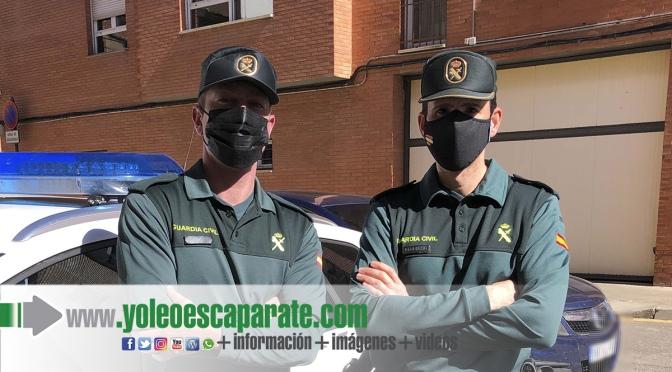 Dos agentes de La Guardia Civil auxilian a un vecino de autol tras sufrir un infarto  en el interior de un bar
